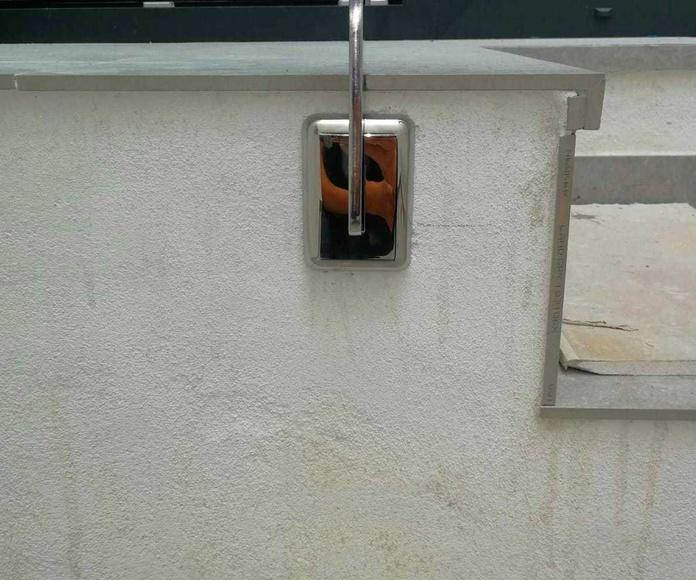 Embellecedores de acero inoxidable personalizados para barandilla  de acero inoxidable sencilla diseñada y fabricada a medida.