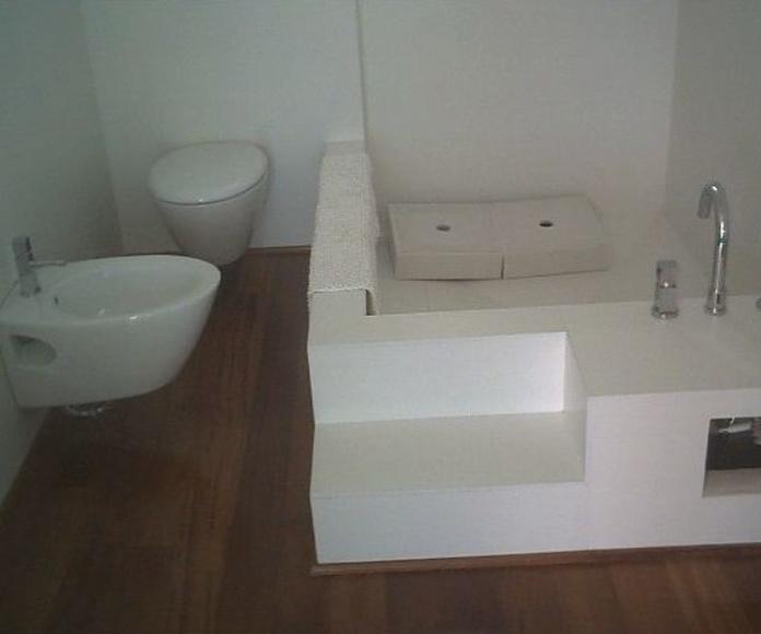 """Baño Zen, con realización de bañera """"in situ"""" con revestimiento cerámico. El pavimento de parquet."""