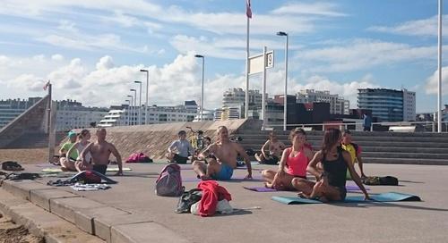 yoga en la playa Gijón