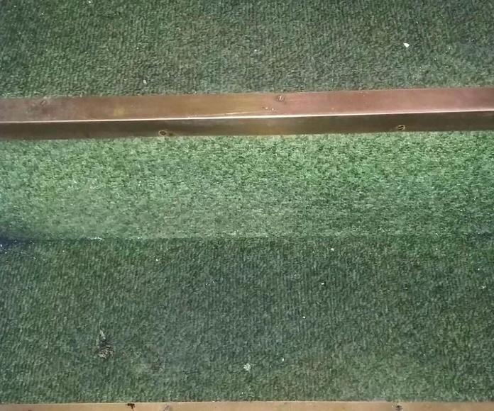 Antes de la limpieza de moqueta en escalera de caracol