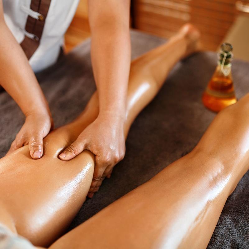 Masaje terapéutico de piernas con aceites esenciales: Terapias de Saüc Salut