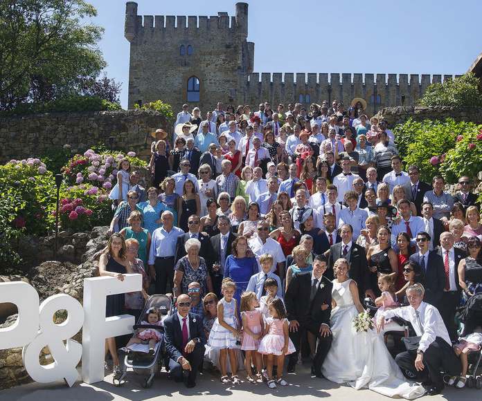 Foto de los novios con todos los invitados de la boda en la escalinata principal