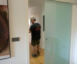 Puerta corredera y fijo en vidrio laminado translúcido