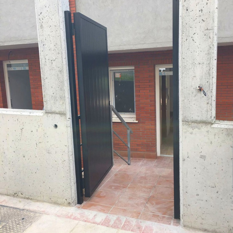 Puertas y barandillas en chalets Derio