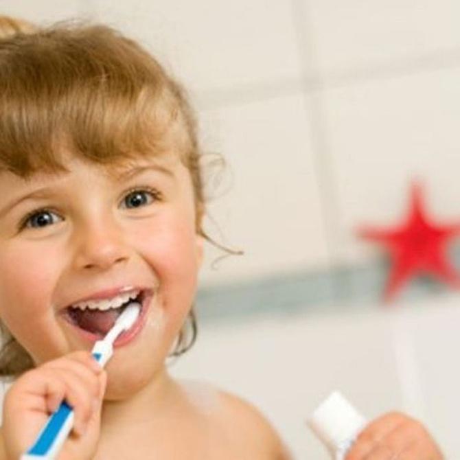 Cómo enseñar a tus hijos hábitos dentales saludables