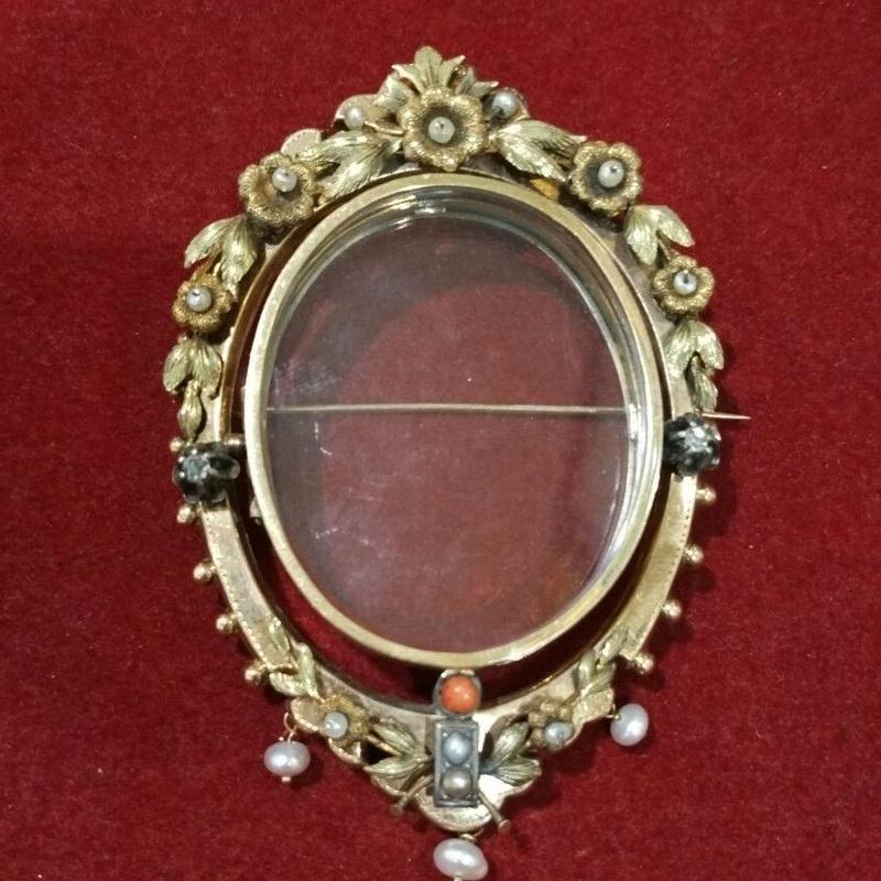 Broche portafoto en oro de 14k con perlas, diamantes y coral. Ref.A-9772: Catálogo de Antigua Joyeros