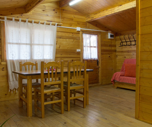 Interior de nuestras cabañas de madera en Navalón, Enguera, Valencia