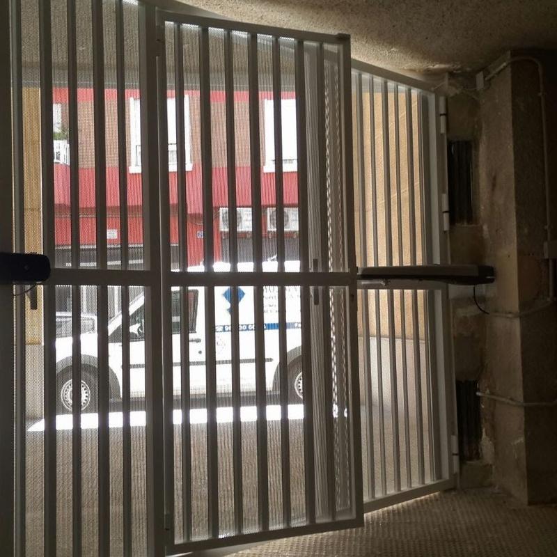 Vista por el interior de puerta batiente con lama microperforada