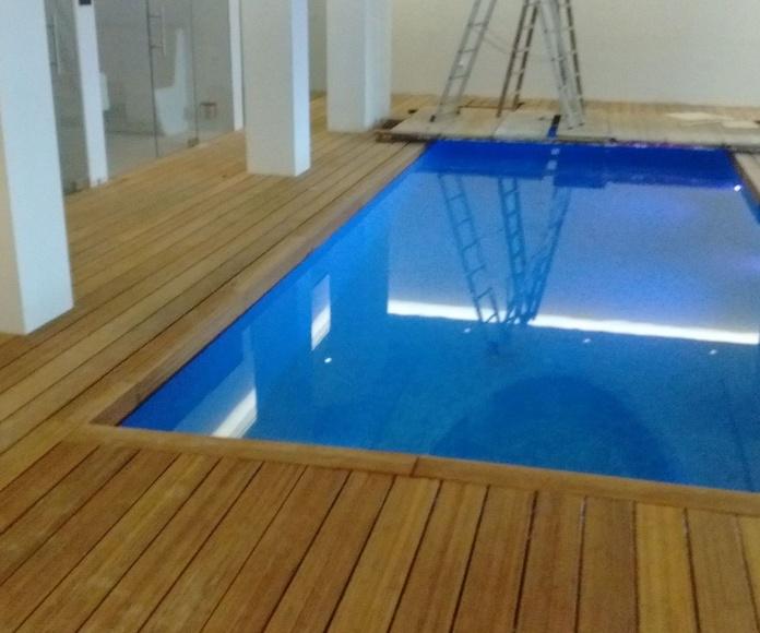 Instalando una Tarima de Bambú en la zona de piscina cubierta privada, Marbella (Málaga) Instalador de tarimas en Marbella