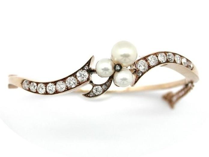 Pulsera rigida de oro de 18k con diamantes y perlas.1900-10: Catálogo de Antigua Joyeros