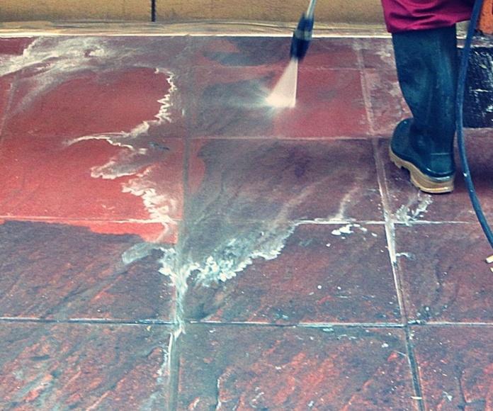 Limpieza de suelo con máquina a presión