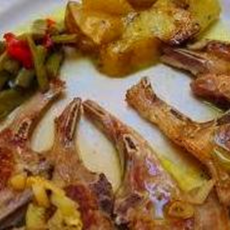 Chuletas de cordero con guarnición en Oliva