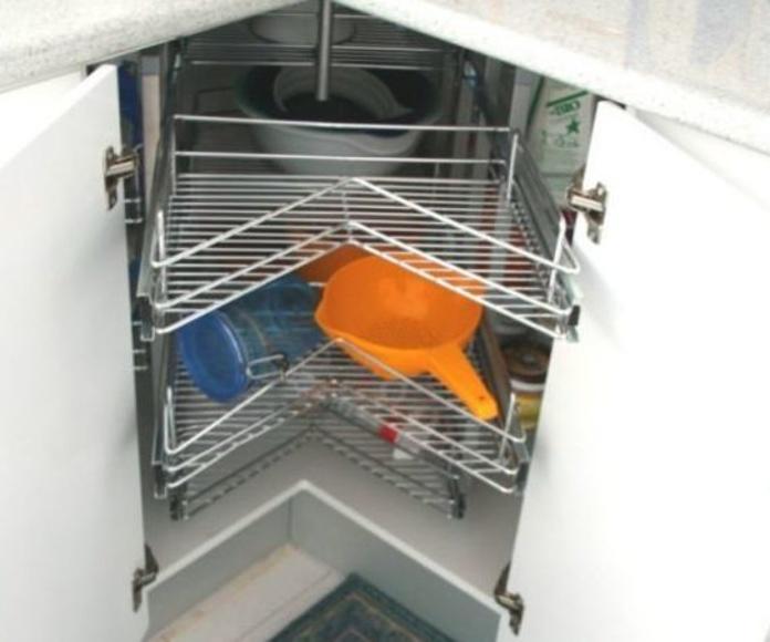 mueble de cocina en rincon angular con sistema de extraccion total en comodas bandejas en acero inoxidable
