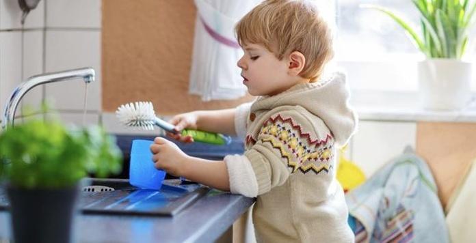 La ciencia lo confirma: los niños pequeños quieren ayudar en casa y debemos dejarles
