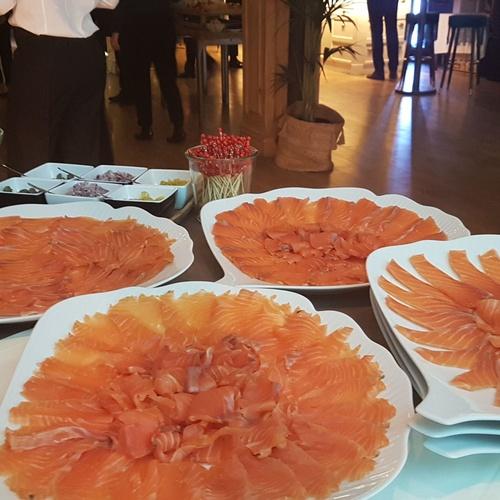 Presentaciones de platos de salmón, para su degustación en eventos