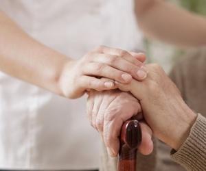 Cómo evitar muchas caídas en  las personas mayores