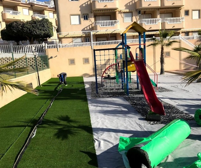 Instalación de  césped artificial y losa amortiguadora. Alicante