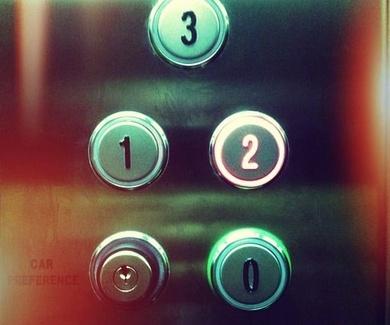 COMUNIDADES DE VECINOS.- servidumbre del propietario del local para instalacion del ascensor