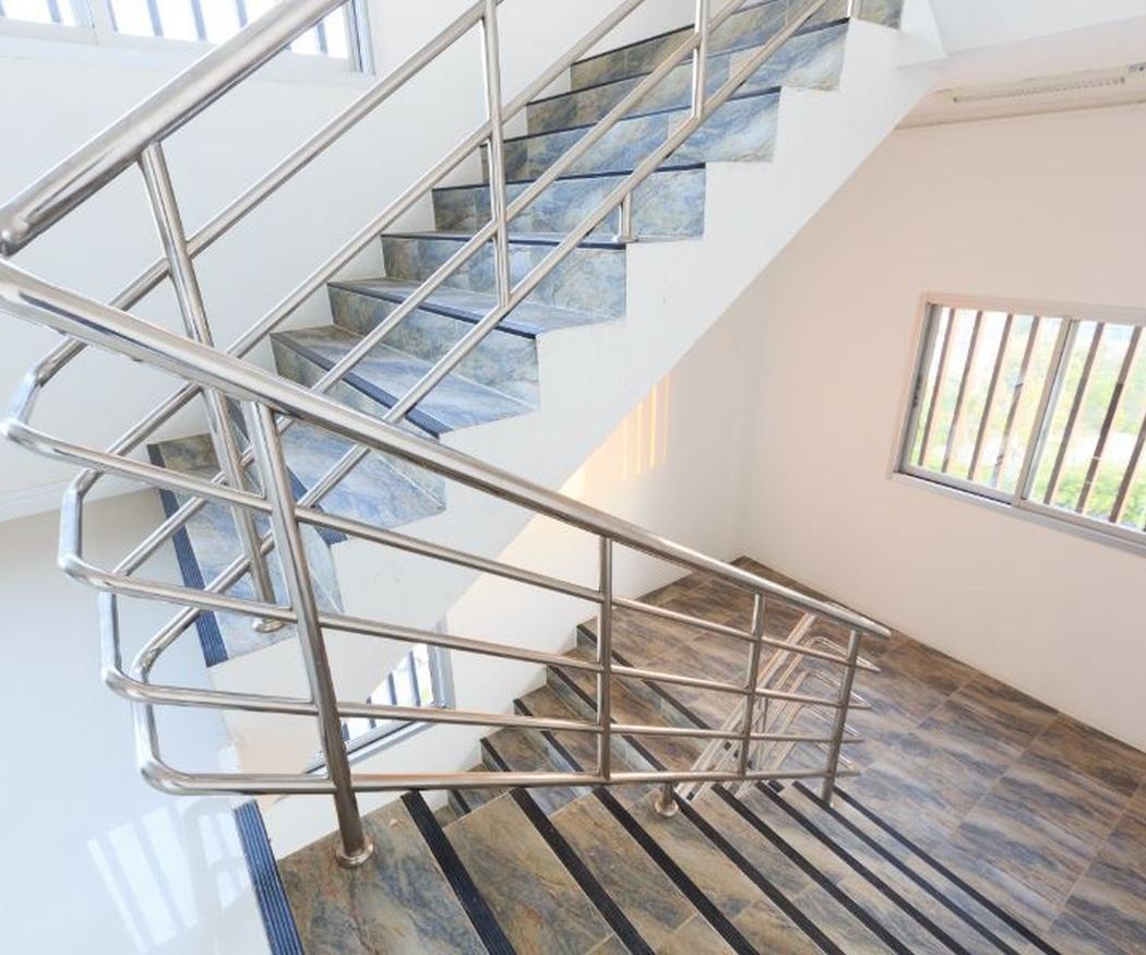 Limpieza de escaleras en la comunidad