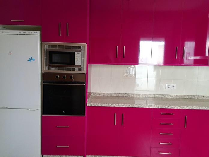 cocina de formica en color berenjena y encimera de granito
