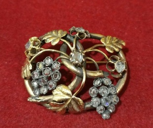 Broche con parra y uvas en oro amarillo de 18k con diamantes. S. XIX