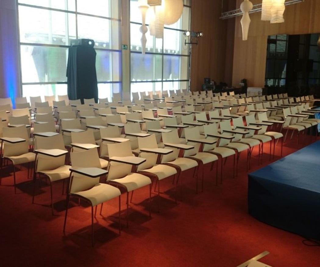 ¿Qué mobiliario necesitas para unas jornadas de conferencias?
