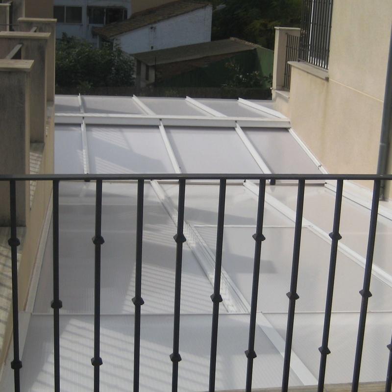 Techo fijo de aluminio blanco y policarbonato blanco