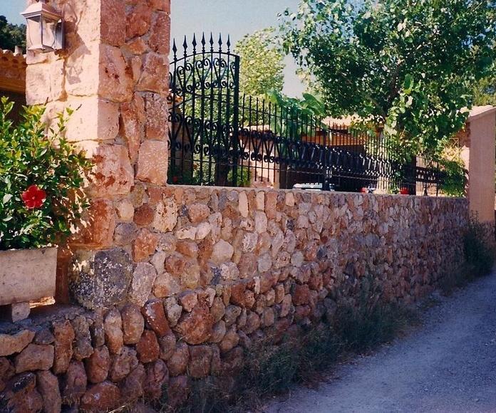 Vallado en acero forjado sobre murete de piedra natural