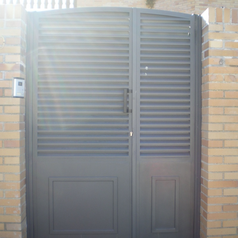 Puerta peatonal con fijo lateral.