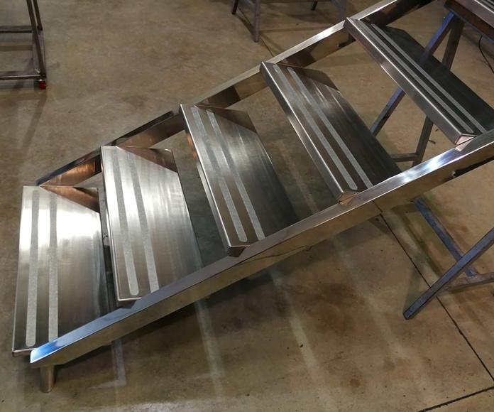 Escalera y barandilla de acero inoxidable de acceso a piscina diseñada y fabricada a medida.