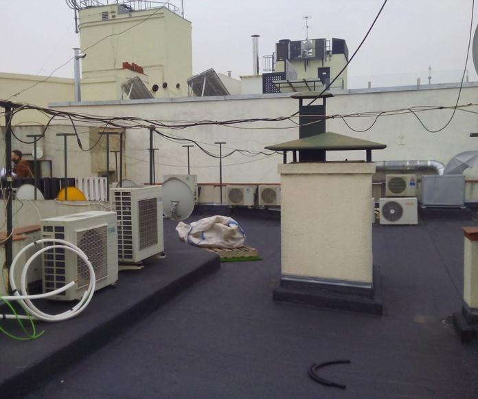 Unidad exterior aire acondicionado en cubierta del edificio