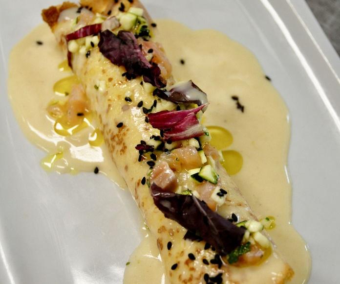 Crepe caliente relleno de salmón y calabacín, con bechamel de marisco.