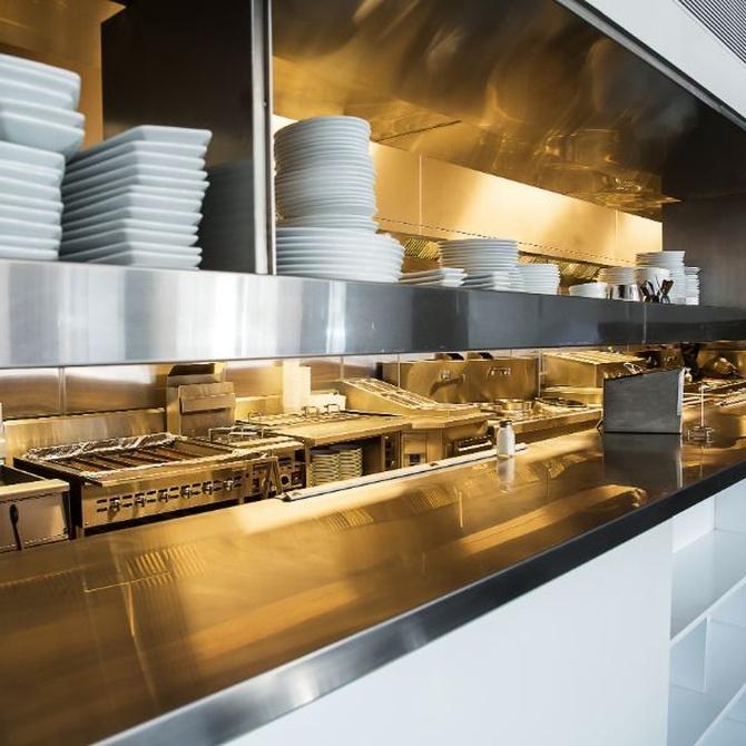 ¿Cómo se debe limpiar una cocina industrial?