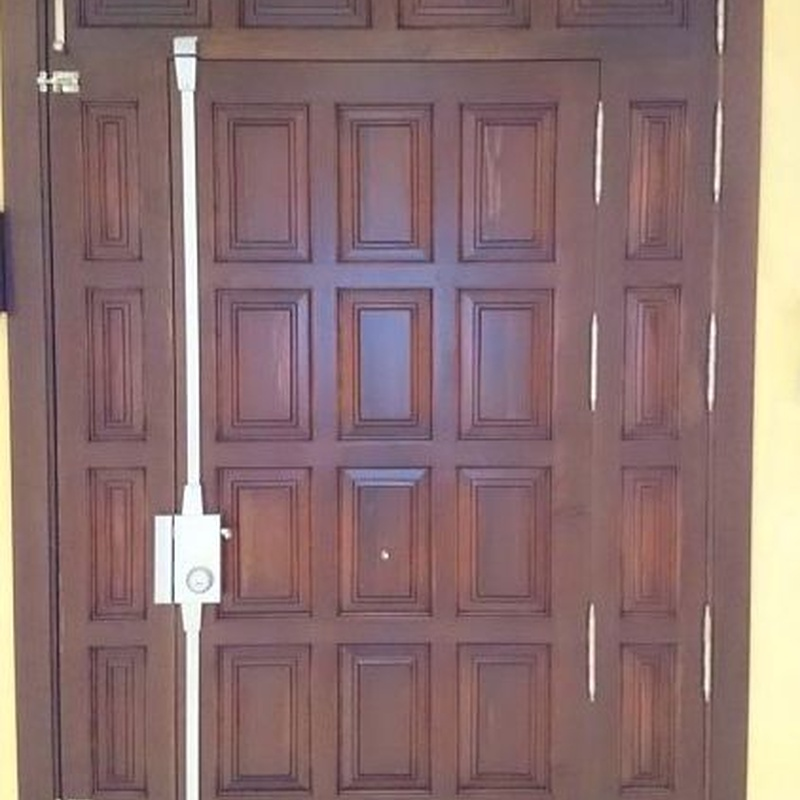 Puerta principal por su cara interior.