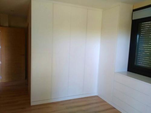 Armario pegado a la cómoda, realizado en DM, lacado en color blanco