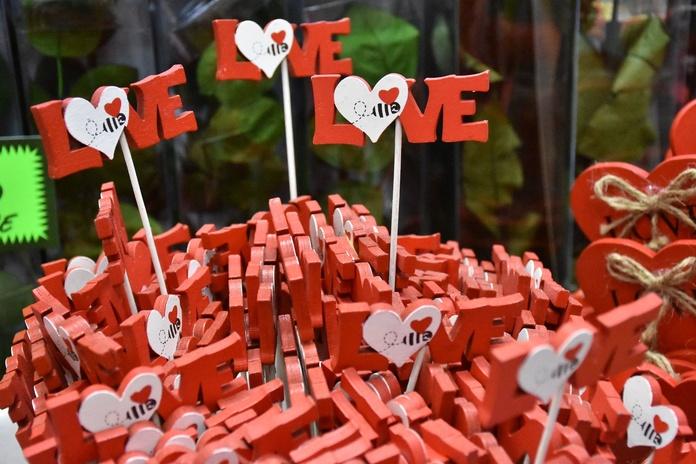 Adorno Love abeja:  de Floristería Contreras