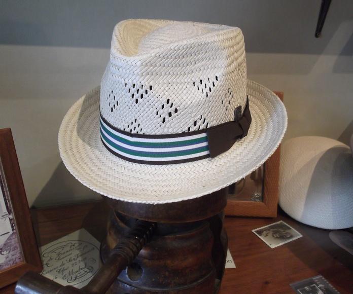 Sombrero panama copa calada, ala corta.