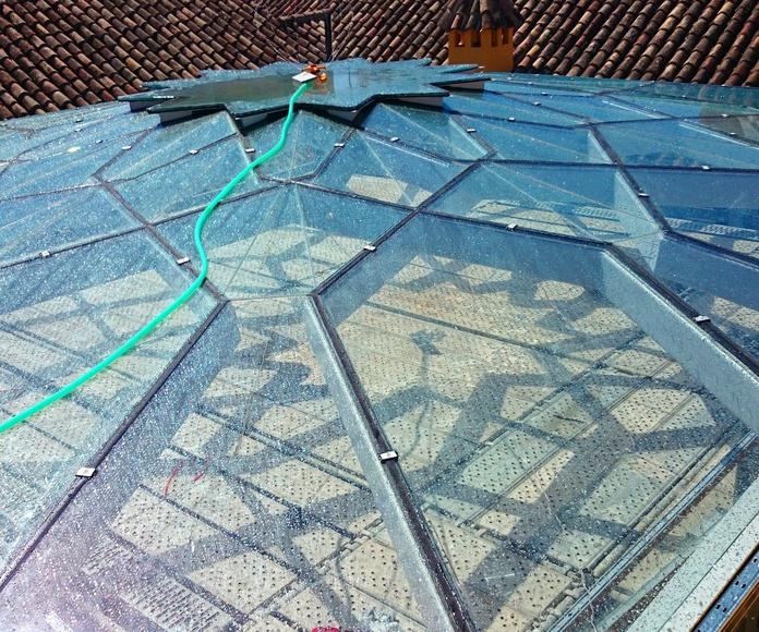 Estructura de techo de acero negro y vidrio con forma de estrella diseñada y fabricada a medida para patio andaluz de palacete