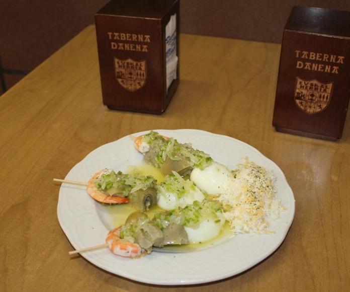Brocheta de langostino, alcachofa y huevo