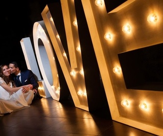 Composición LOVE ​con bombillas: Decoración de eventos de DeMadera Chic