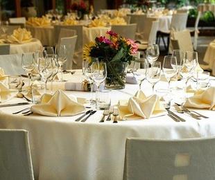 ¿Por qué es importante decorar la mesa del banquete de Comunión?