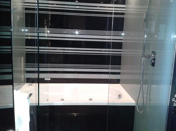 Habitación de paneles acrílicos con Bañera de Hidromasaje y dos duchas