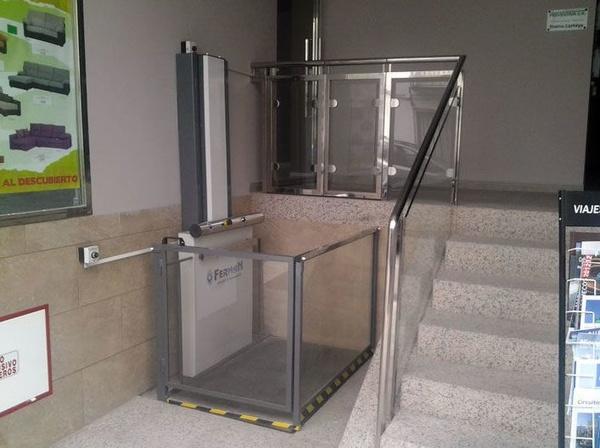 Instalación de salvaescaleras de plataforma vertical en Andalucía