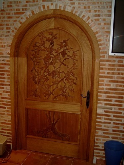 Puerta bodega tallada