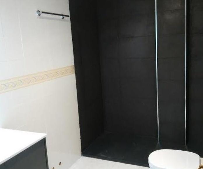 Trabajo en un baño colocando una ducha