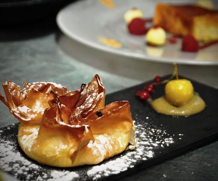 Cestino de pasta filo, con crema de almendras y cubitos de manzana.
