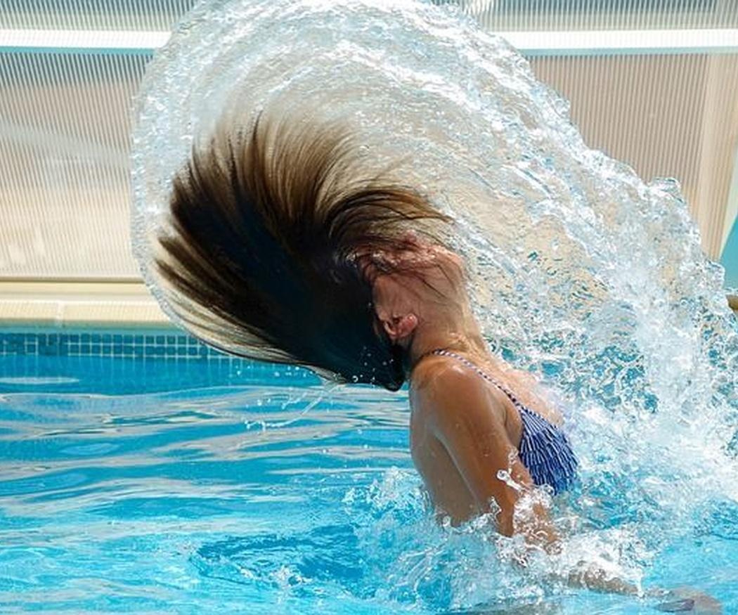 Ejercicios para entrenar en la piscina de casa
