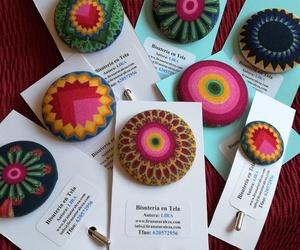 Mandalas by Lira: broches de bisutería en tela de Lira con estampado de Mandalas: un Universo multicolor! Edición limitada.