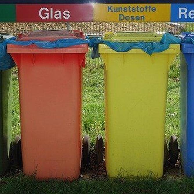 Cubos de reciclaje y recogida de chatarra