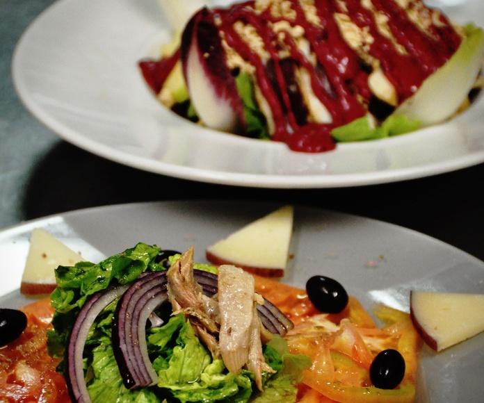 Ensalada de tomate rosa de Barbastro, con queso de cabra al vino tinto San Pelegrín de Radiquero, oliva negra de Aragón, cebolla morada, ventresca de atún y sal de garnacha.